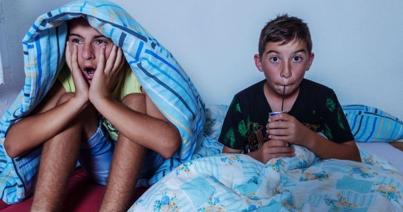 nenes asustados viendo la tele