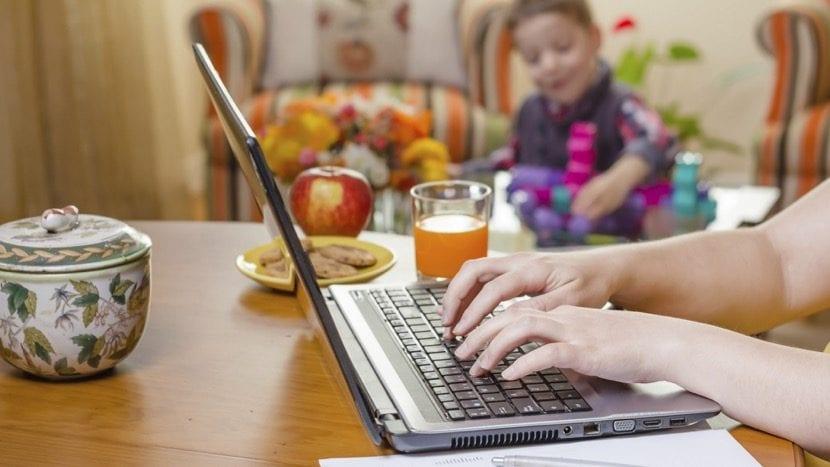 madre siendo productiva trabajando desde casa