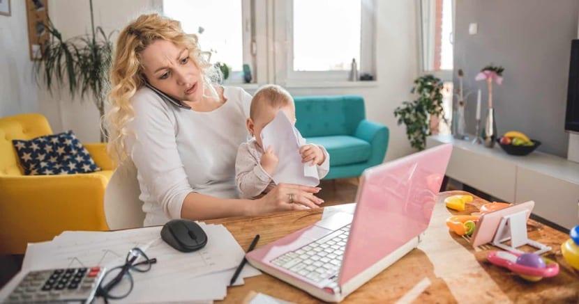 madre que trabaja desde casa