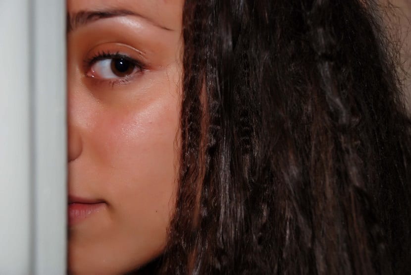 depilación de cejas para disimular frente