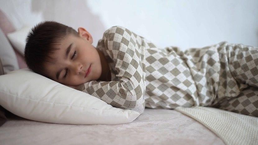 nene que duerme en su cama por la noche