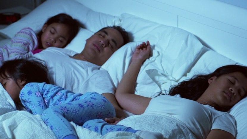 niños durmiendo dormitorio de padres