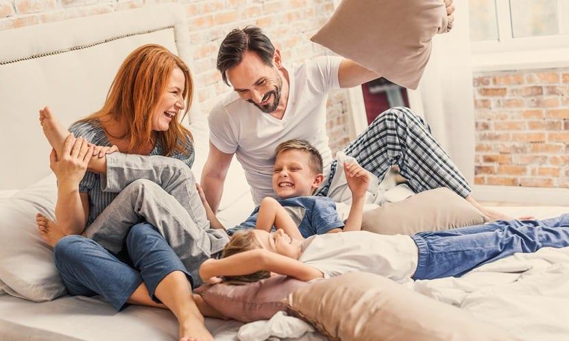dormitorio de padres con niños