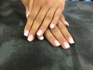 Uñas degradadas en nude y blanco