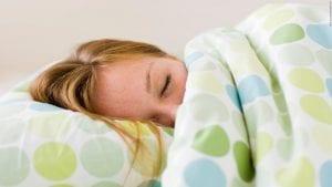 chica adolescente durmiendo