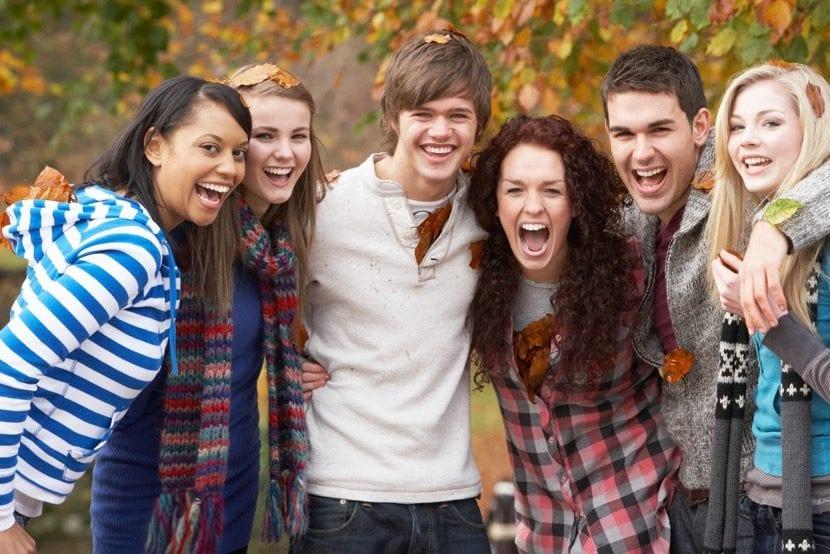 adolescentes amigos felices