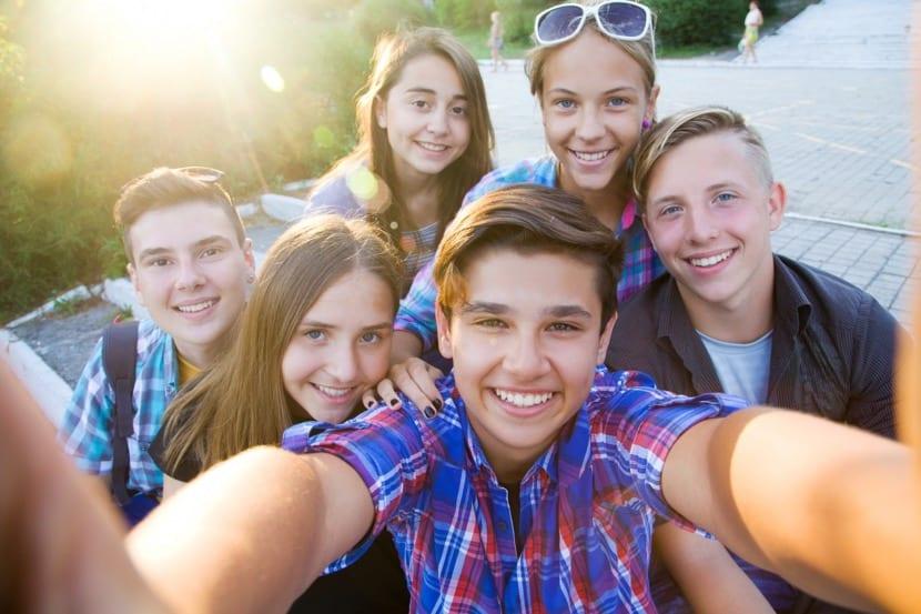 adolescentes amigos haciendo fotos