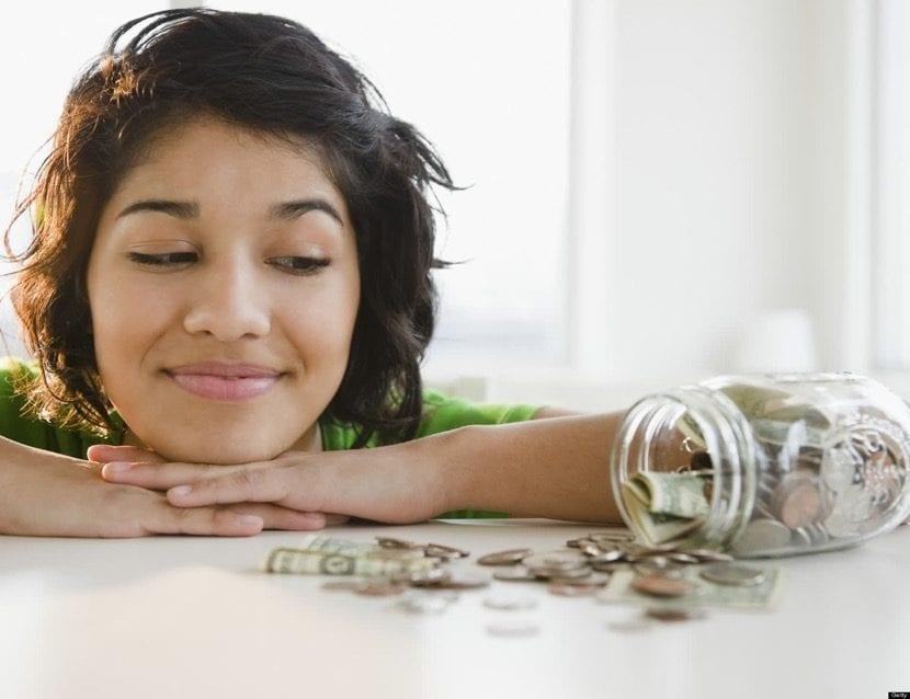 chica adolescente con dinero