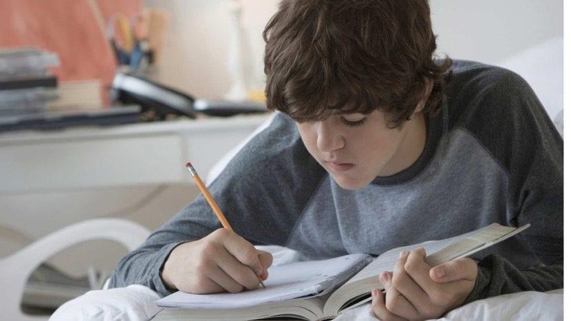 chico estudiando