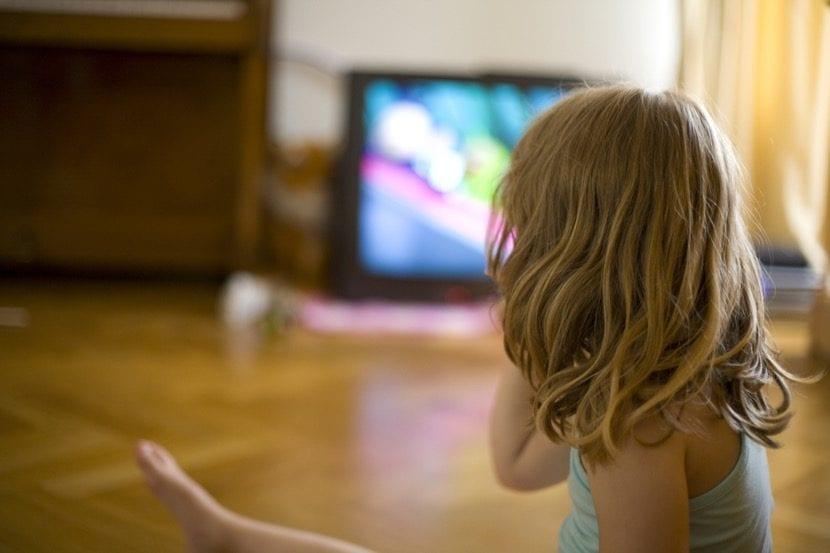 nena que ve la tele