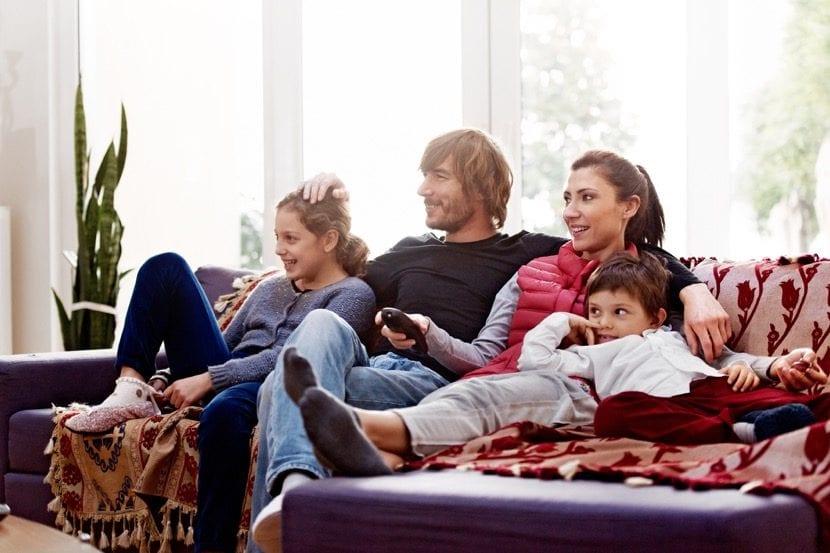familia que ve la televisión junta