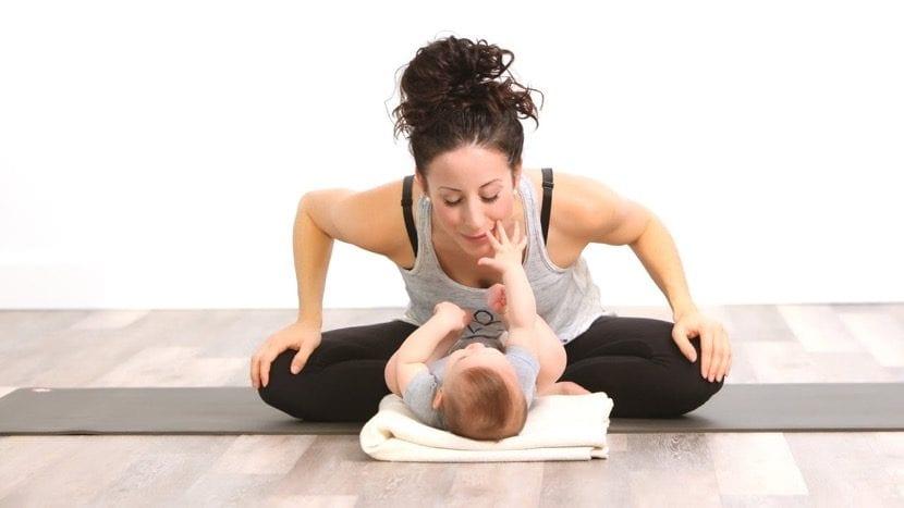 mama haciendo yoga con bebe