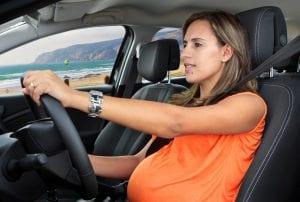 mujer embarazada que conduce