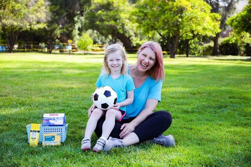 mujer con hija que juega a futbol