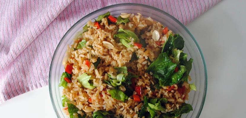 Ensalada de arroz crujiente con cacahuetes