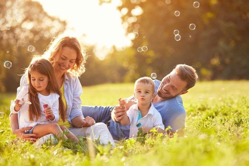 familia riendo y pasandolo bien
