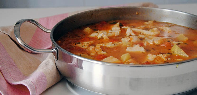 Guiso de patatas y merluza con tomate