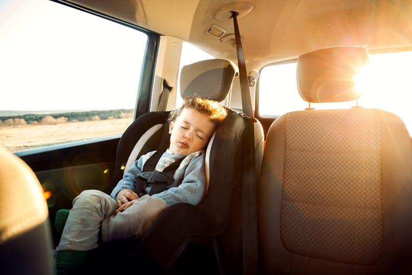 nene solo en el coche con calor