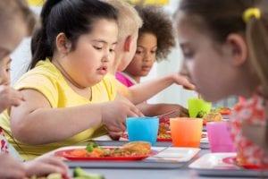 nena obesa comiendo