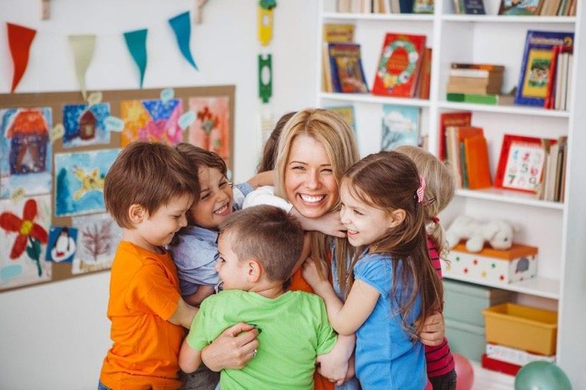 profesora feliz con sus alumnos