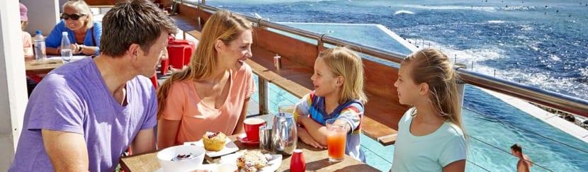 familia comiendo en un restaurante de un crucero