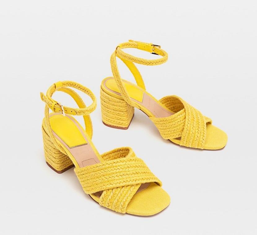 sandalias de rafia en amarillo