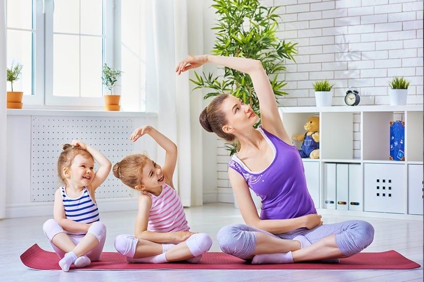 madre que hace yoga con sus hijas