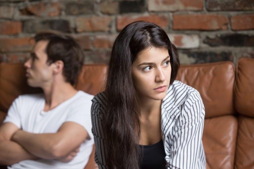 pareja que critica constantemente