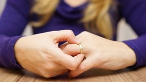 mujer que se toca anillo por divorcio