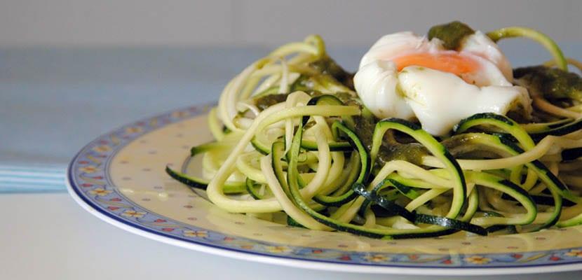 Espaguetis de calabacín con salsa pesto