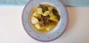 Guiso sencillo de patata, merluza y guisantes