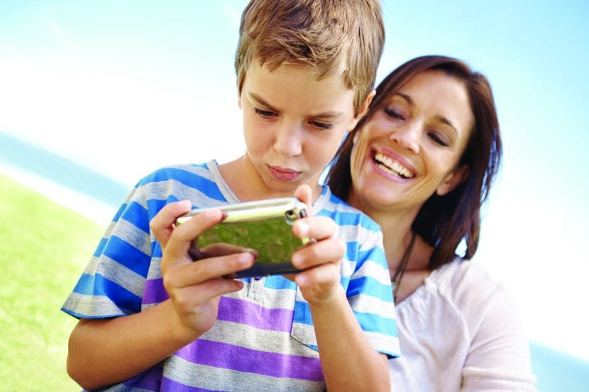 nene jugando con móvil