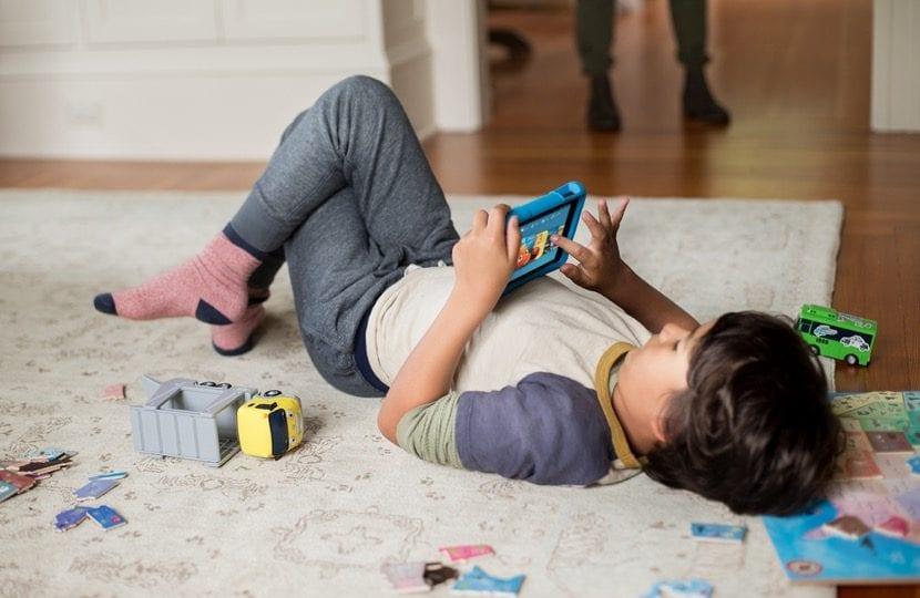 nene en casa jugando con el movil