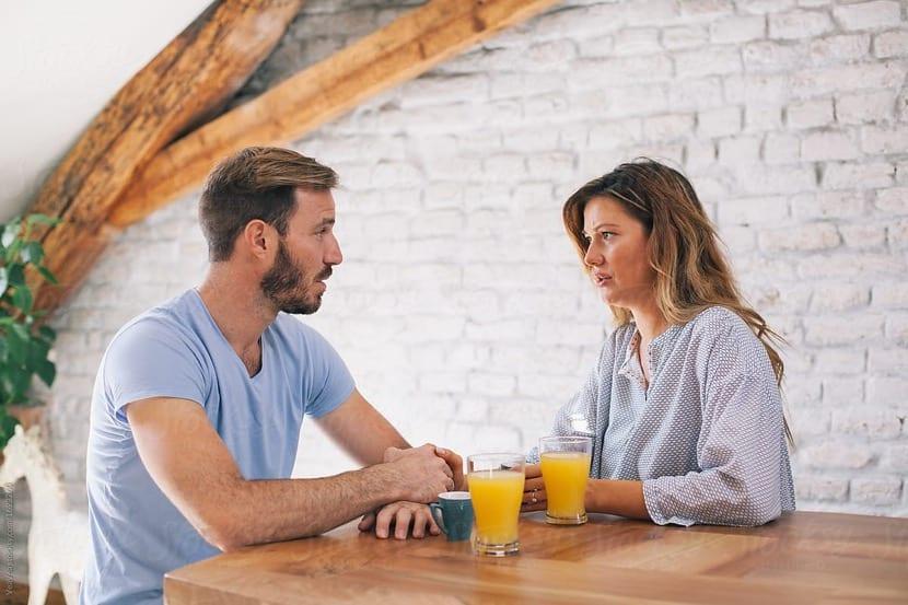 pareja hablando un conflicto