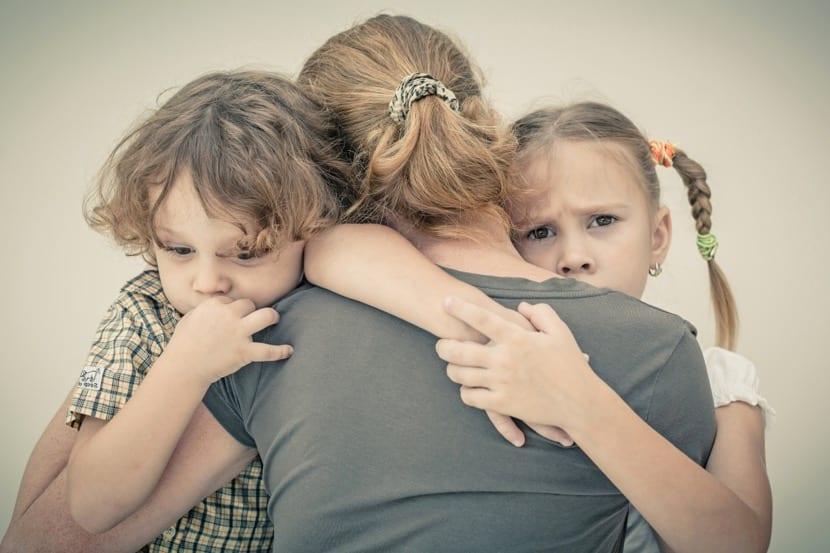 madre triste que quiere a sus hijos