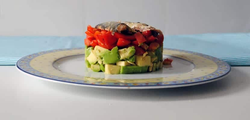 Tartar de aguacate, tomate y sardinillas en aceite