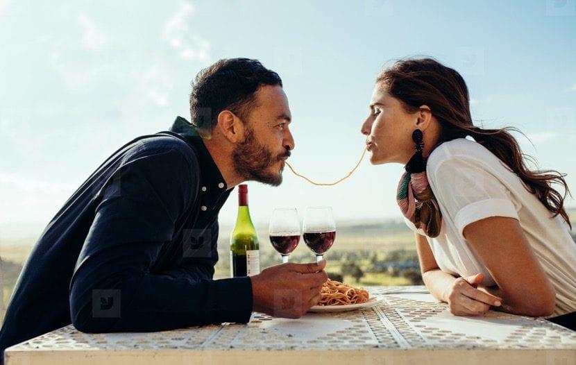 celebrar el aniversario de pareja