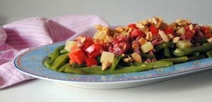 Judías verdes con tomate, taquitos de jamón y almendras