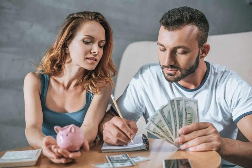 pareja lidiando con finanzas