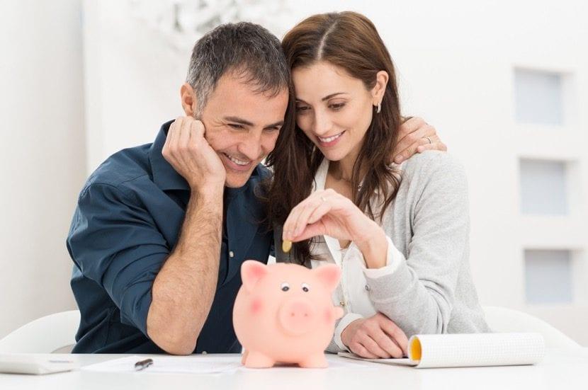 pareja ahorrando