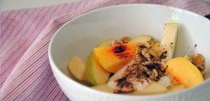 Postre rápido de frutas. yogur y cacao