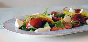 Ensalada de tomate, queso fresco y pesto