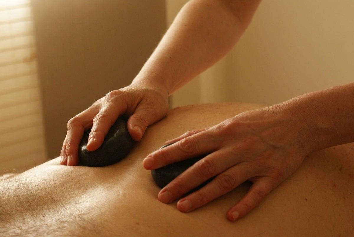 beneficios masaje con piedras