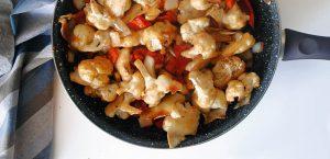 Coliflor en tempura con pimientos a la brasa y salsa de soja