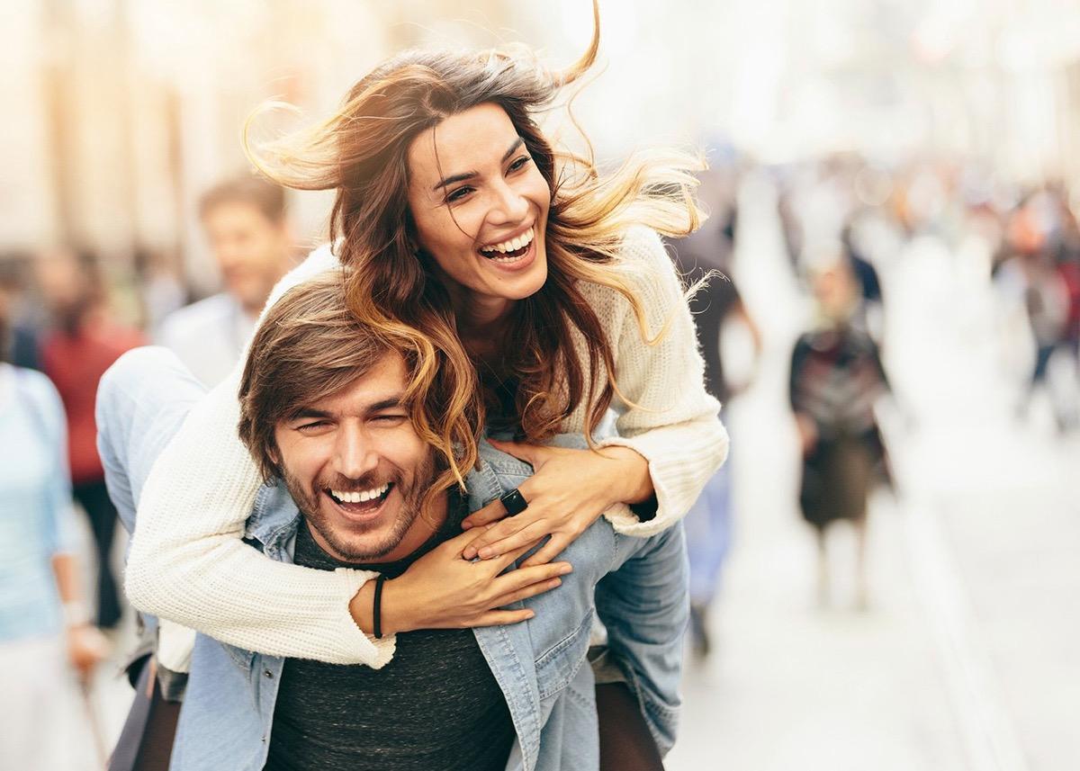 pareja feliz y enamorada