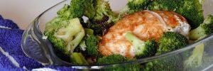 Pechuga de pollo marinada al horno con brócoli