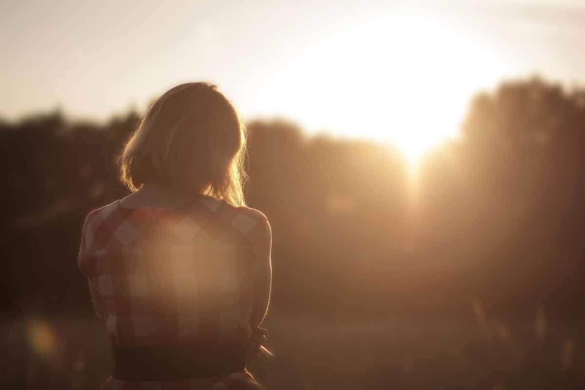 mujer preocupada por la relacion de pareja