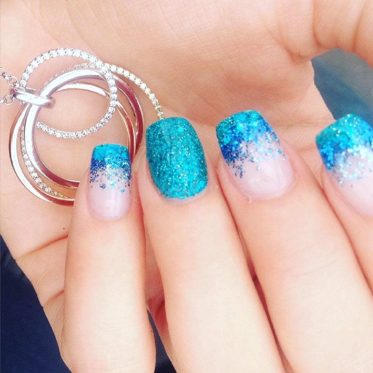 manicura azul glitter