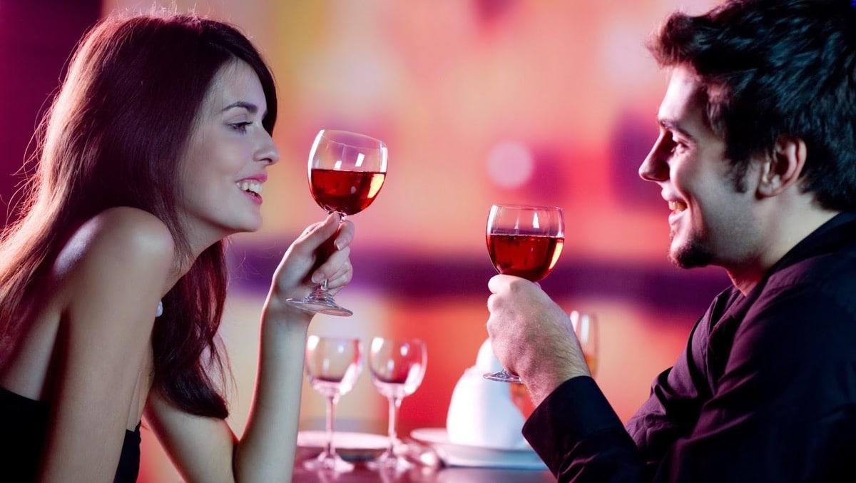 mujer que seduce en una cita