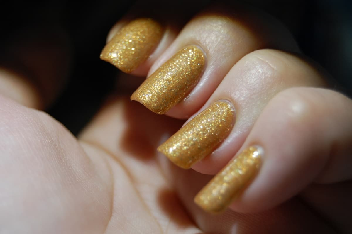 unas purpurina doradas